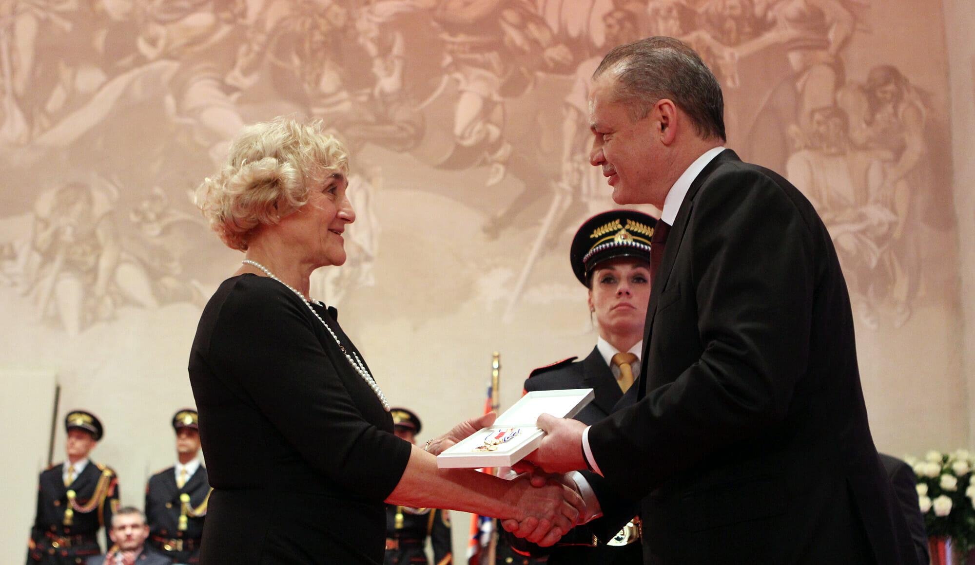 Mária Smreková s Medailou prezidenta SR
